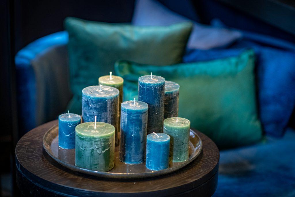 Ronde plate in de kleur grey met blauwe en groen kaarsen erop