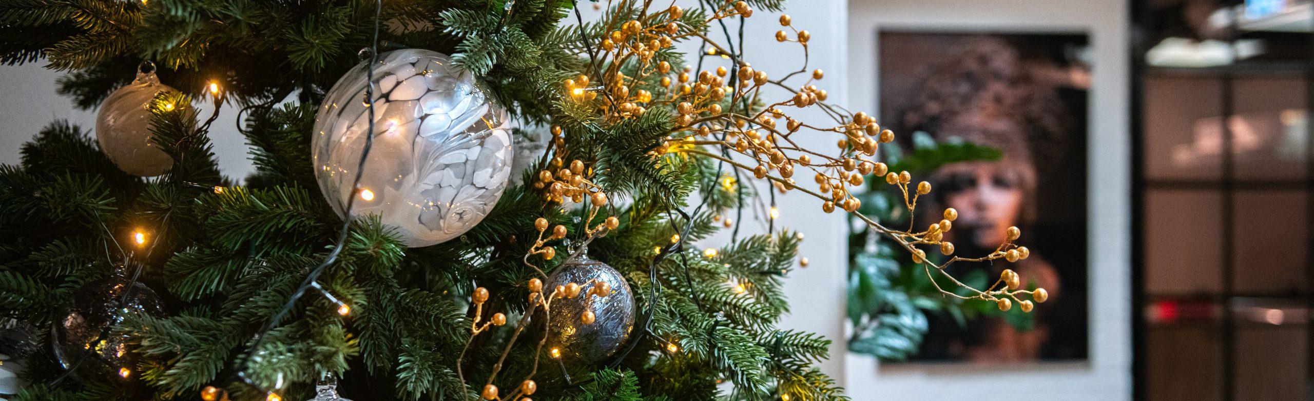kerstboom met decoballen in de kleur pearl